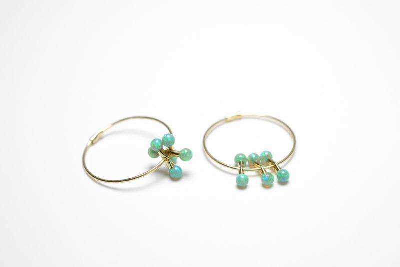 Neo Ohrcreolen in Gold mit grünen Opalkuglen