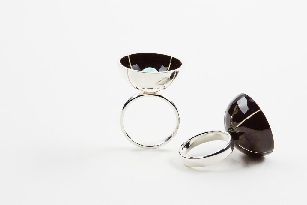 Ring aus Silber mit Emaillasur und weisser Oplalkugel