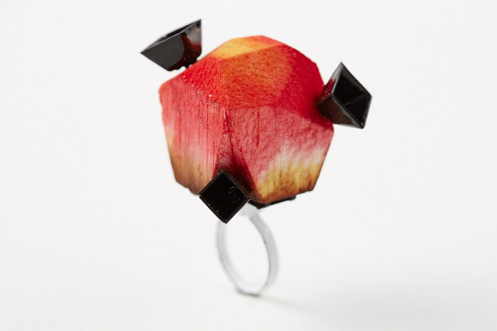 Cocktailring Tulipa aus emailliertem Stahl und gefärbtem Holz