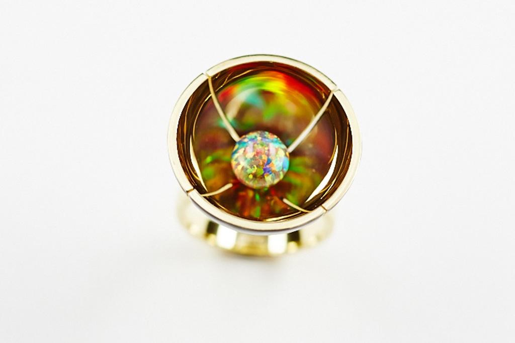 Ring aus Silber goldplattiert mit Emaillasur und schwarzer Oplalkugel