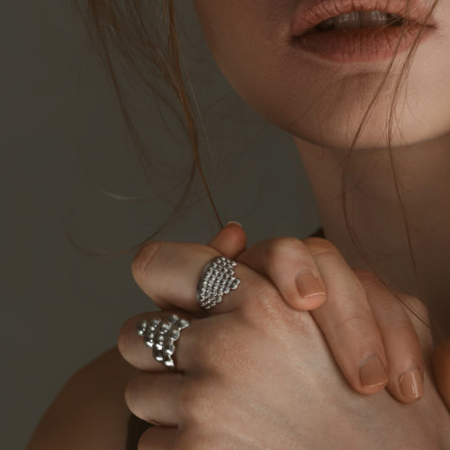 Tusci Ringe in Silber poliert an der Hand